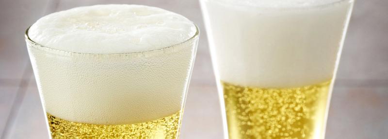 Deux verres de bières pleins