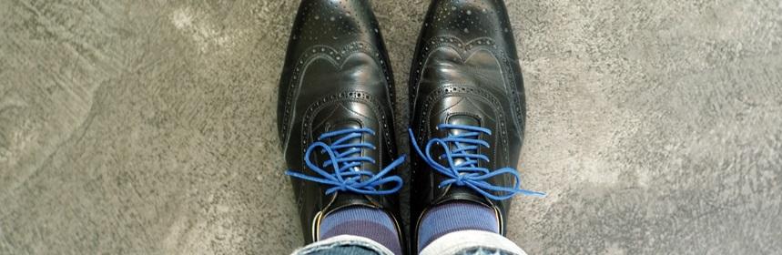 Des chaussures avec lacets bleus